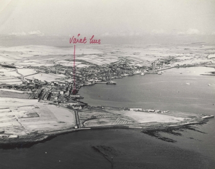 Aerial blacka nd white of Stromness covered in a light dusting of snow. In red pen written in Gunnie's hand 'varat hus' with a big arrow pointing down to 'our house'
